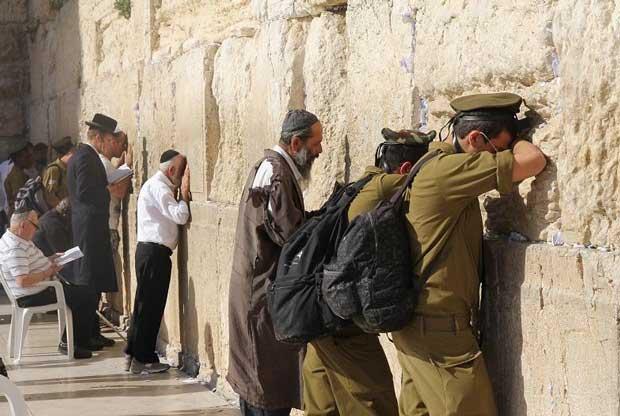 Israeli-soldiers-Wailing-Wall